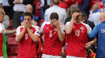 Eriksen cai desacordado, mas UEFA não suspende partida  - Foto: AFP
